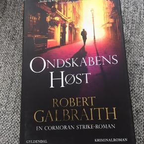 Helt ny - aldrig læst Hardback Bogen er skrevet af Robert galbraith som er psynonym for J.K. Rowling   Bogen kan hentes i 9300 Voerså, Frederikshavn eller Aalborg eller sendes på købers regning med dao