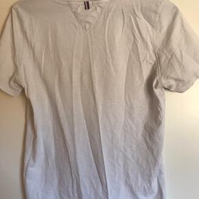 Trøjen er str. 176, men kan sagtens bruges af en str. s!  Trøjen er brugt få gange, og er i fin stand.  Prisen er omkring de 75 kr, men man er meget velkommen til at komme med det bud!