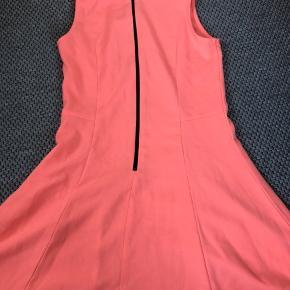 Stort set aldrig brugt kjole fra mærket mono i en slags laksefarve. Ingen tegn på slid.