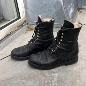 Jeg sælger mine Chanel Lace Up Boots, da de er for små. De er brugt men fejler bestemt ikke noget! Utrolig lækker kvalitet 😋 Bud modtages. Str. 37,5!