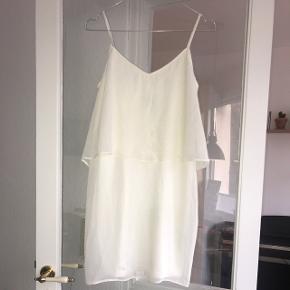 Sød kjole fra Asos. En str.36 kan også passe den. Aldrig brugt.