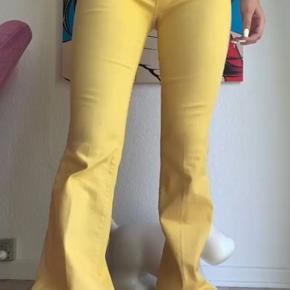 Flotte gule bukser købt af sliced banana men desværre passer de ikke. Sælges for det samme som de er købt for.