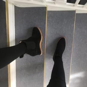 Sorte støvler fra angulus. De er helt som nye, da de aldrig er blevet brugt. Np: 1200kr Mp: 750kr Skriv for mere info😊