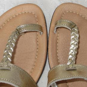 Næsten ubrugte, fine håndlavede sandaler, købt på Kreta.  Normal str. 40 - indvendig længde ca. 25 cm.