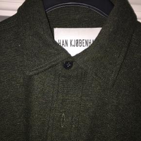 Vildt lækker mørkegrøn skjorte fra Han i kraftig uld, der især er dejlig varm til vintersæsonen. 2 lommer foran. Har været brugt omkring 2 gange, men er desværre for lille til mig. Nypris var 1000 kr.