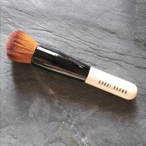 Det er nemt at opnå perfekt hud med denne pensel bestående af Full Coverage Face Brush til påføring af foundation og Full Coverage Touch Up Brush til påføring af concealer og opfriskning af foundation.  Nypris: 380,-