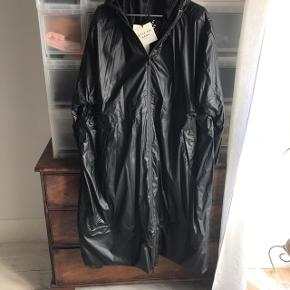 Fineste regnfrakke der kan strammes ind i taljen. Str. er small til large. Købt på TS og kun brugt meget lidt, da jeg fik en anden.