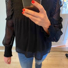 Super fin bluse med mange flotte detaljer. Passer str 36-40, er elastisk over bryst.  Sælger i sort og hvid.  Fejler intet.