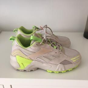 Reebok Aztrek Double Mix Trail købt i Other Stories til np 800kr. Aldrig brugt, da de desværre er lidt for små. Grønne snørrebånd medfølger. Skoen måler 24,5 cm og befinder sig på Nørrebro i København.   https://www.stories.com/en_dkk/shoes/sneakers/adidas/product.reebok-aztrek-double-mix-trail-silver.0834826001.html?gclid=EAIaIQobChMIquLevPnI7AIVEWHmCh1q5wNDEAQYAiABEgLQ8fD_BwE