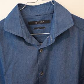 Varetype: Langærmet Farve: Blå Oprindelig købspris: 1000 kr.  Model Steel. 100% bomuld. Ingen brugsspor. Charmbray kvalitet.