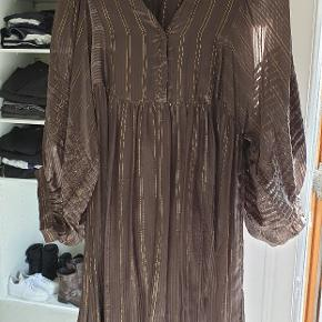 Den smukkeste kjole fra Rabens Saloner med lurex striper. Kjolen er i et transperent materiale,har ballonærmer med de fineste detaljer og lukkes skjulte trykknapper. Derudover kommer kjolen også med en underkjole.  Sælger da det er et fejlkøb. Vil gerne så tæt på nypris som mulig. Ny pris 1650.00.
