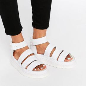 """Super fede DR. Martens sandaler """"Clarissa"""". Skoene er brugt én enkelt gang, og er derfor som nye. Størrelsen svarer til en str 40-41. Købspris er 1100kr"""