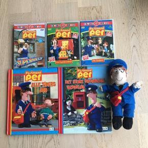 Sælger denne postmand Per pakke. Den består af 3 DVD'er, 2 bøger og en bamse/dukke. DVD'erne er: Postmand Per får knopper med 5 afsnit, Postmand Per denne hemmelig superhelt med 4 afsnit og Postmand Per som tryllekunstner med 5 afsnit. Bøgerne er Postmand Per: Alle tiders job( har en side som er tapet sammen se billederne) og Postmand Per: Det store Grønnedal væddeløb. Bamsen/dukken er 26 cm lang, har en kat i sin posttaske, brillestængerne er knækket i begge sider( se billerne). Sælges kun samlet. Kommer fra et ikke ryger hjem. Kan afhentes i 2990 Nivå eller sendes mod betaling