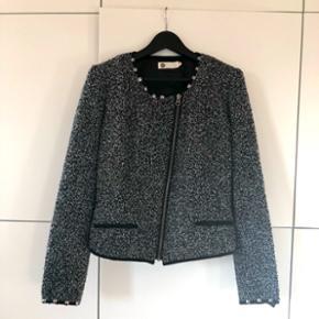 Elegant og stilfuld jakke fra Vask, XL men lille i størrelsen - svarer til en L, brugt få gange, pæn og velholdt, fremstår som ny.
