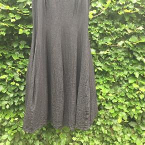 Superflot sort autentisk (hvid label sort skrift) Ivan Grundahl kjole i A-facon str 40. Giver det flotteste sus i skørtet når man går ! Materiale 94%hør/linen, 6%polyester. Kan maskinvaskes ved 30 grader. Kjolen er som ny og i en fantastisk holdbar kvalitet som Ivan Grundahl jo er verdensmester i ! Nypris 3100, sælges for kr 950 excl forsendelse Evt betaling med MobilePay