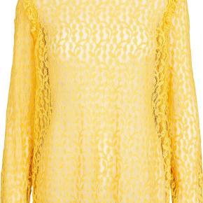 Smuk blondebluse fra Second Female. Lou Blouse har rund hals med knaplukning i nakken. Blusen har et feminint snit med flæser langs skuldersyningerne. Den har brede ribkanter på ærmerne med en enkelt stribe, der tilføjer lidt kant til de feminine blonder.  Brug den til fest med skindleggins og høje hæle og til hverdag med jeans eller løse bukser.   58% Cotton, 28% Viscose, 14% Polyester  Giver gode mængderabatter 🌸