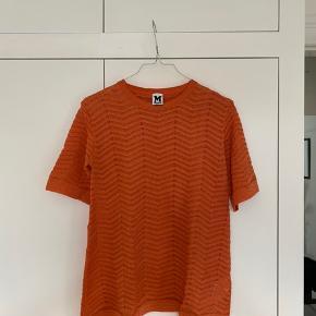 Missoni Top, Ny, med prismærke. Skovshoved - Aldrig brugt. Så smuk bluse. Mindre orange i virkeligheden. Missoni Top, Skovshoved. Ny, med prismærke, Aldrig brugt og stadig med prismærke. Har ingen skader eller tegn på brug