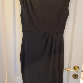 Smuk mørkegrå kjole med smukke læg og flot lynlåsdetalje ved venstre skulder. Kjolen er størrelse 6.