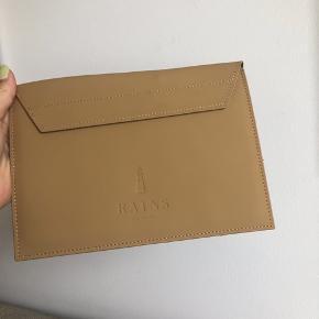 Beige Rains tablet sleeve i farven Khaki  Jeg sælger 4   Kan også bruges som clutch