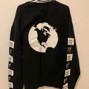 Fed sweater fra H&M med print på ærmer, front og bagside. En anelse oversized medium.  #trendsalesfund