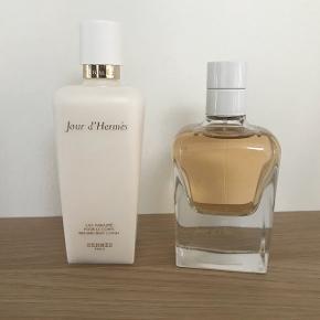 Jour d'Hermes creme og parfume. Kun lige brugt for at dufte det. Fik det i gave, men det er desværre ikke en duft for mig.   Ny pris for parfume 1.050,- Ny pris for creme 490,- Samlet 1.540,-  Sælges samlet for kun 500,- Vil gerne sende for 40,-