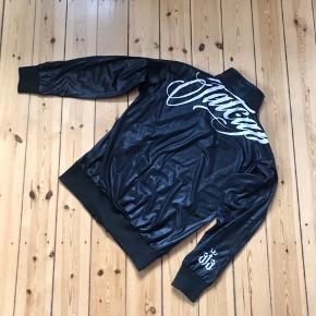 Sort Fat 313 jakke i large. Næsten aldrig brugt, men slidt på mærket 🌼