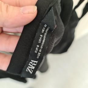 Let, glat løst fit, sort top fra Zara. Stropperne skal bindes i ønsket længde, så kunne evt. Også passe en lidt større størrelse (ikke afprøvet).