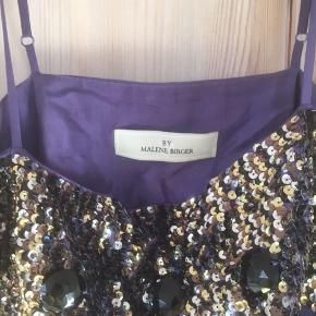 Mærke:  By Malene Birger Størrelse: 36 Materiale: 100% silke Farve: lilla Toppen : med perler Stand: Brugt få gange.  Sælges 250 kr.