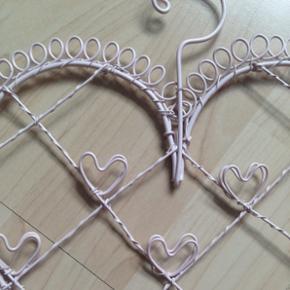 Kan bruges til at hænge smykker eller andre pynte ting på.