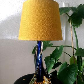 Smuk vintage glas bordlampe, vil tro det er Murano. I flot stand med ny stofledning og ny lampeskærm. Højde inkl fatning 39 cm  Man er velkommen til at komme og se den.