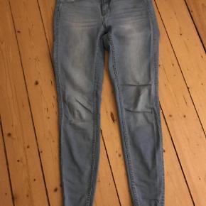 Varetype: Jeans Størrelse: M/L Farve: Lyseblå Prisen angivet er inklusiv forsendelse.