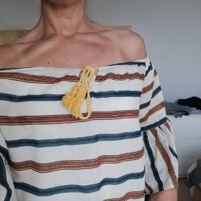 Flot off the shoulder bluse. Elastikken er slap foran, men med lidt snilde kan man skifte den 😊