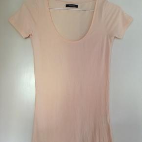 T-shirt fra Samsøe & Samsøe i str S/M. Brugt få gange. Fejler intet. Kan sendes på købers regning eller hentes i Helsingør eller på Frederiksberg.