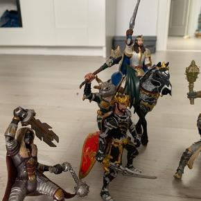 9 ridderfigurer, samt en hest sælges samlet.  Sender gerne hvis modtager betaler.
