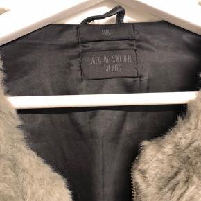 Pelsjakke fra Tiger of Sweden i str small. Trænger til rensning, da noget af pelsen er helt hårdt. Nypris 2200, mindstepris er 500