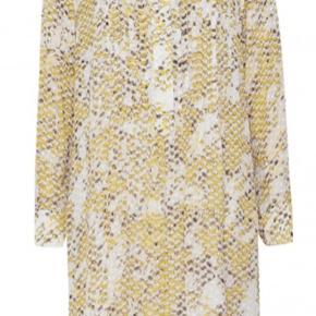 Lækker lidt oversize kjole fra Lala Berlin, brugt 2 gange. Den er gul, grå med snakemønster. Den har underkjole. Knap ved brystet har fået et par sting. Forbeholder mig ret til ikke at sælge hvis ikke jeg opnår tilfredsstillende pris. Nypris var omkring 3000. Mp 1500 Brystmål 63x2, længde 107-108 og lidt længere bagpå. Bytter ikke