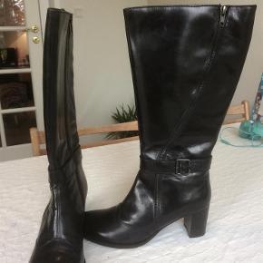 Varetype: Støvler med x-vidde. Farve: Sort Oprindelig købspris: 1099 kr.  Lækre forede støvler med ekstra vidde i skaftet (41-44 cm) og hæl på ca. 6 cm.  Brugt et par timer, så standen er som ny. Kan sendes i original skotøjsæske.  MP = 400 pp ( Når det er budt, sættes der lukketid på annoncen.)