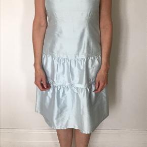 Fineste lyseblå silke stof, aldrig brugt. Størrelse er er gæt, der er ikke noget mærke i den.