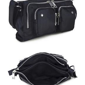 !!! Prisen er 450kr. incl. fragt 😄 !!! - ellers er jeg åben for andre bud! Jeg sælger denne fine Núnoo taske, da jeg ikke længere får den brugt.  Alt den information omkring tasken står på billede nr. 2 😀
