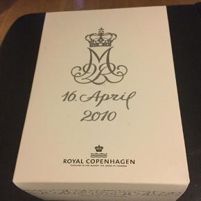 Royal gåseæg /=10 cm  Ægget er i original æske med rede og bånd -et samler objekt  Ægget udkom i anledning af hendes majestæt dronningens 70 års fødselsdag  2008 marguerite (1249 653) Mål =10 cm = gåseæg  Sender + Porto 40 kr gls  #30dayssellout
