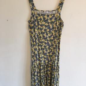 Smuk kjole i det fineste print. Falder smukt og er meget let i stoffet. Brugt 2 gange.
