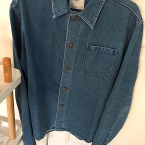 Sælger denne stilede og lækre denim jakke fra det populære danske modemærke minimum. Den er aldrig brugt og kostede 800.-  BYD!