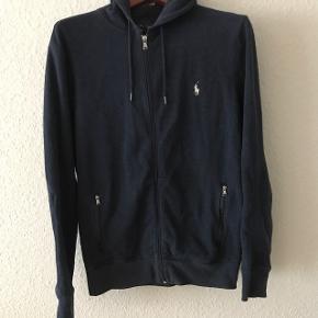 Cool mørke blå hoodie i special udgave. Kostede 1.499kr og er velholdt. Mærket i nakken er faldet lidt af i vask (det er en fejl fra RL's side af at det ikke sidder bedre i)