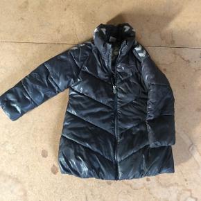 Super lækker pige jakke fra Hummel i str 110. Passer både 110/116.  Sender gerne :)