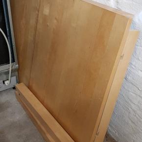 Fint solidt spisebord, der medfølger to tillægsplader dertil, som ligger nedenunder.