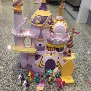 Fint slot fra little pony med figurer. Oprindelig kun celestia der hørte med til 399kr, fra pixizoo 60kr 6710 sjelborg