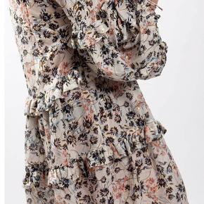 Sælger min smukke Munthe Gardenia kjole. Str. 34 men meget oversize! Kun brugt en formiddag til et globryllup - luftet men ikke vasket, så stadig som ny! 🌟 Nypris 2.299,- MP 1.300,-