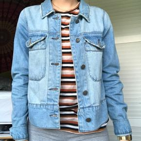Fed tynd denimjakke / cowboyjakke fra Vero Moda Lækkert snit, der er lidt anderledes fra klassisk denim jakker BYD :))