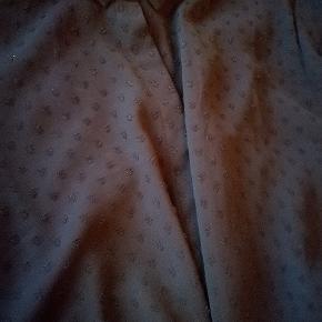Gennemsigtig skjorte med hjerter. Str 48. Har fnuller men kan kun ses tæt på. Deraf prisen  Mængderabat gives