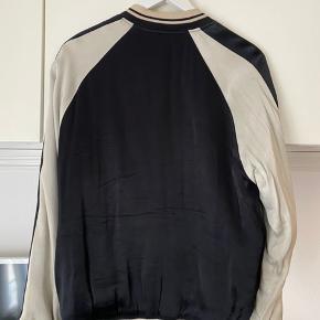 """Sælger denne fine """"Bumper"""" jakke fra Iro Paris! Den er et par år gammel men har næsten ikke brugt den og dem står som ny! (Den er til rens pt.). Har ikke kvittering, men original prisskilt har jeg gemt! BYD gerne!"""